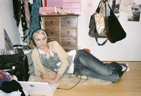 Swantje - 28 - Friseurin und Chefin des Salon Schneider: Schlaf- und Wohnzimmer. Sie trägt T-Shirt von Urban Outfitters und Cardigan von By Malene Birger.