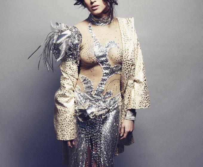 Natalia Avelon trägt ein Kleid von Theaterkunst und mantel von Edith und Ella.