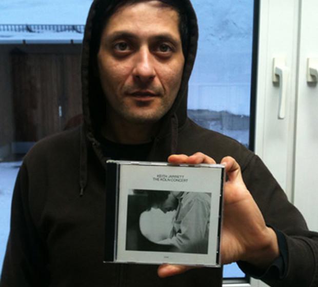 Aydo Abay mit einem Album von Keith Jarrett