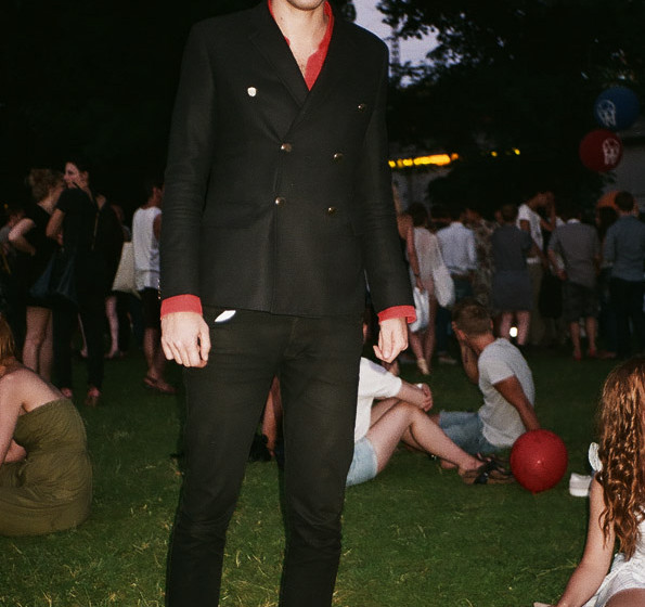 Mark (Ronson- ja, auch der war da unterwegs) trägt Jacket von Band of Outsiders. Von: Barneys, New York City.