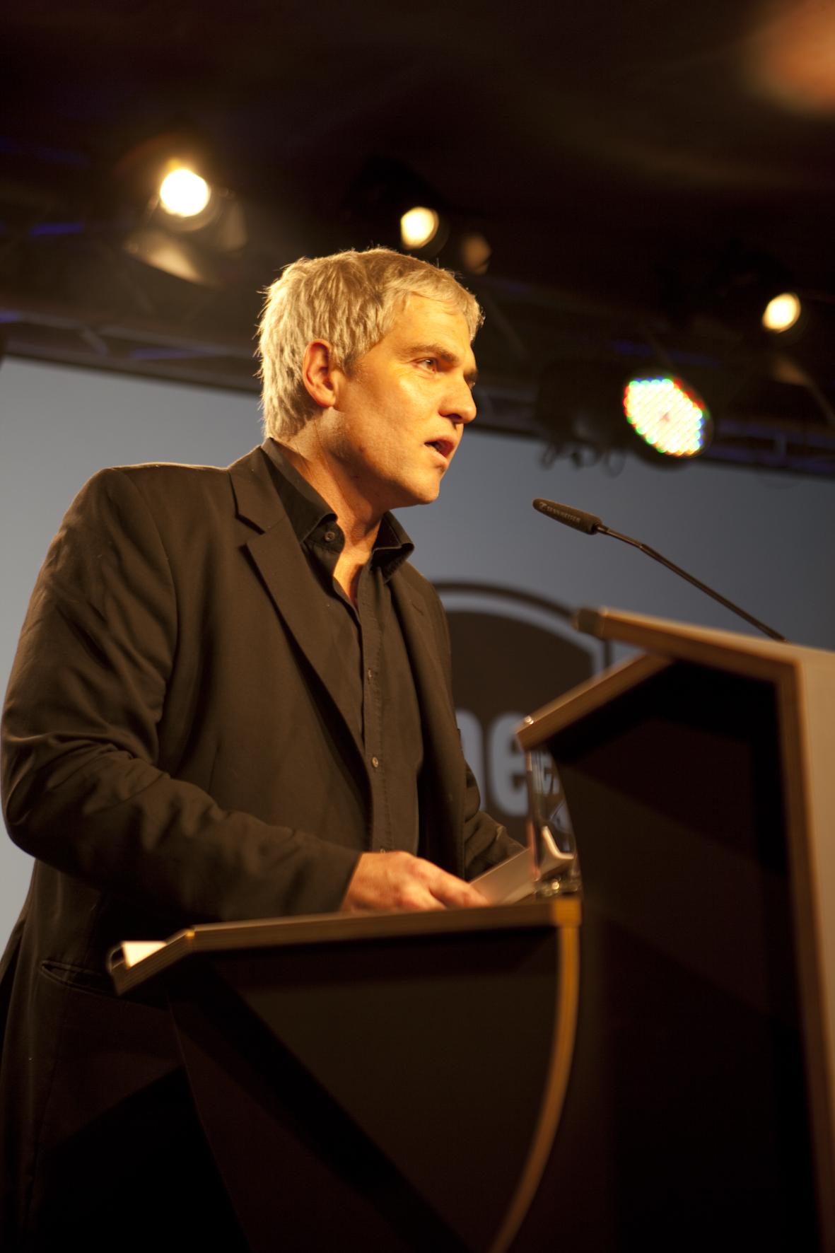Ein Mann, ein Mikro. ME-Chefredakteur Rainer Schmidt eröffnete die Musikexpress Style Awards 2011.