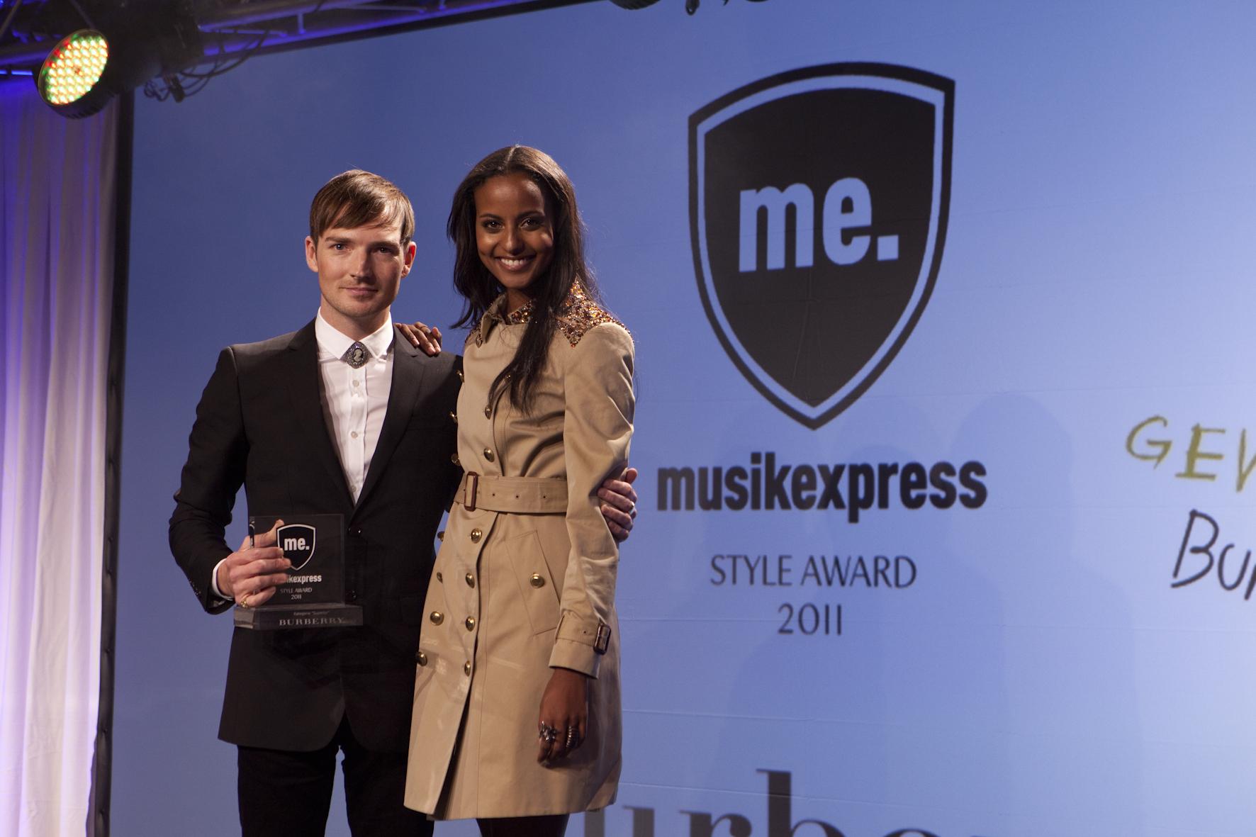 In der Kategorie 'Superior' nahm The-Feeling-Sänger Dan Gillespie den Preis für Burberry von Sara Nuru entgegen.