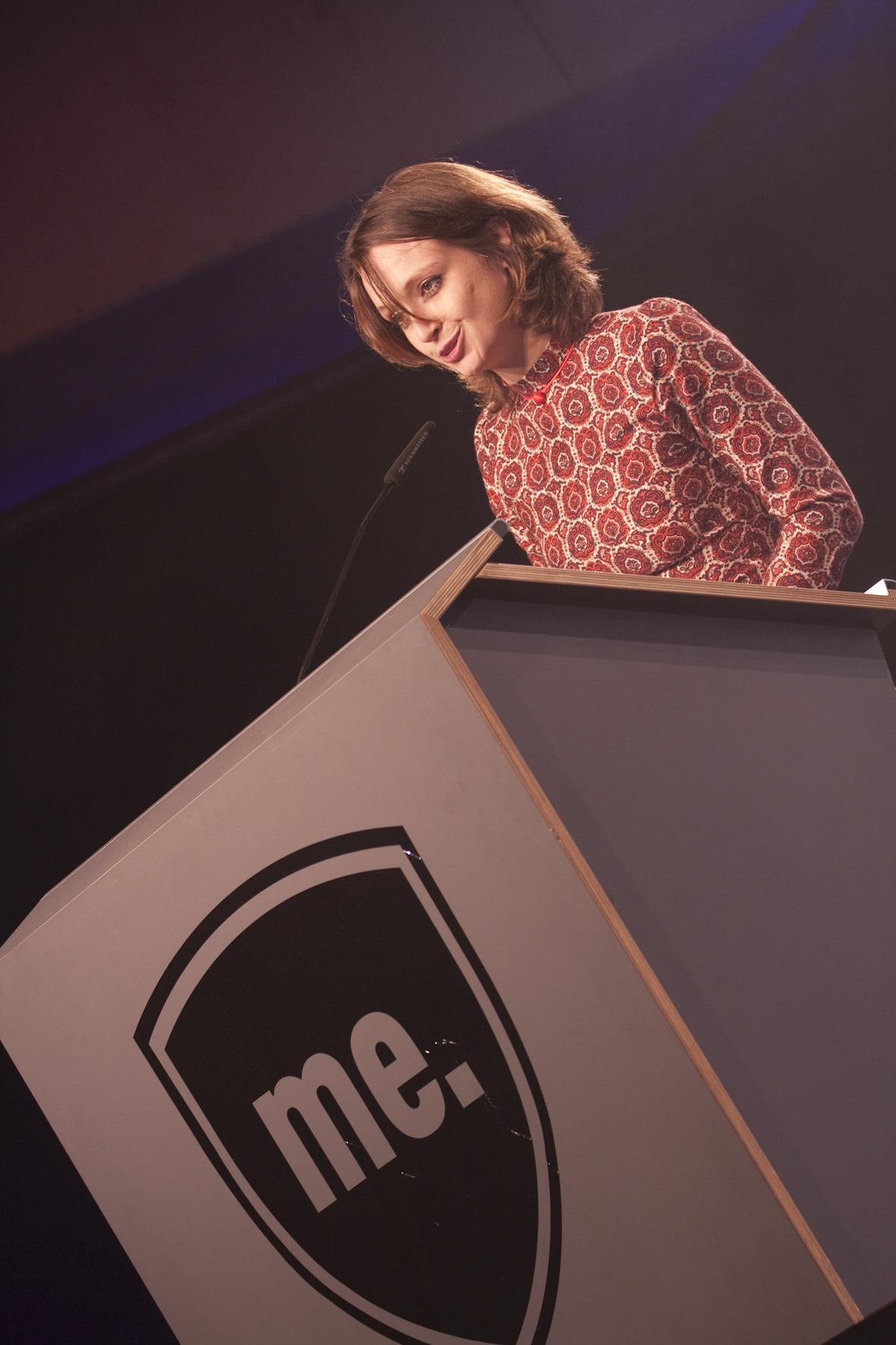 Mimi Müller-Westernhagen kündigt den Award für Fred Perry an.
