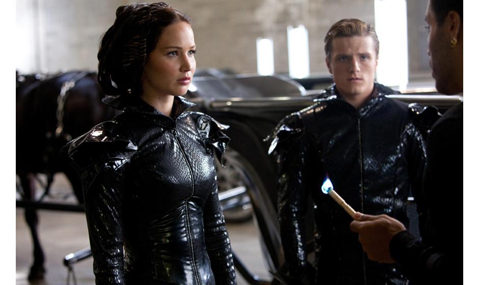 Katniss Everdeen (Jennifer Lawrence, left), Peeta Mellark (Josh Hutcherson, center) and Cinna (Lenny Kravitz, right) in THE H