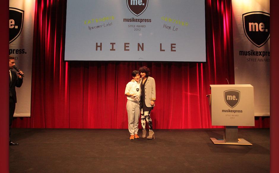 Miranda Leonhardt übergab den Award 'Newcomer-Modelabel' an Hien Le.
