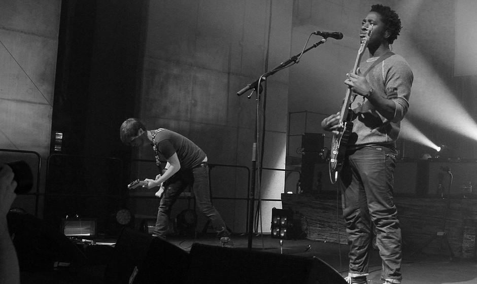 Links im Hintergrund: Gitarrist Russell Lissack