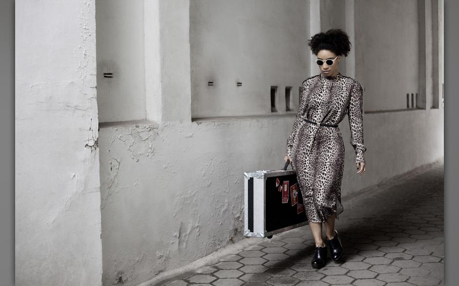 Kleid: by Marlene Birger, Schuhe: Vagabond, Brille: Sytlists own, Halsreif: J Dauphin.