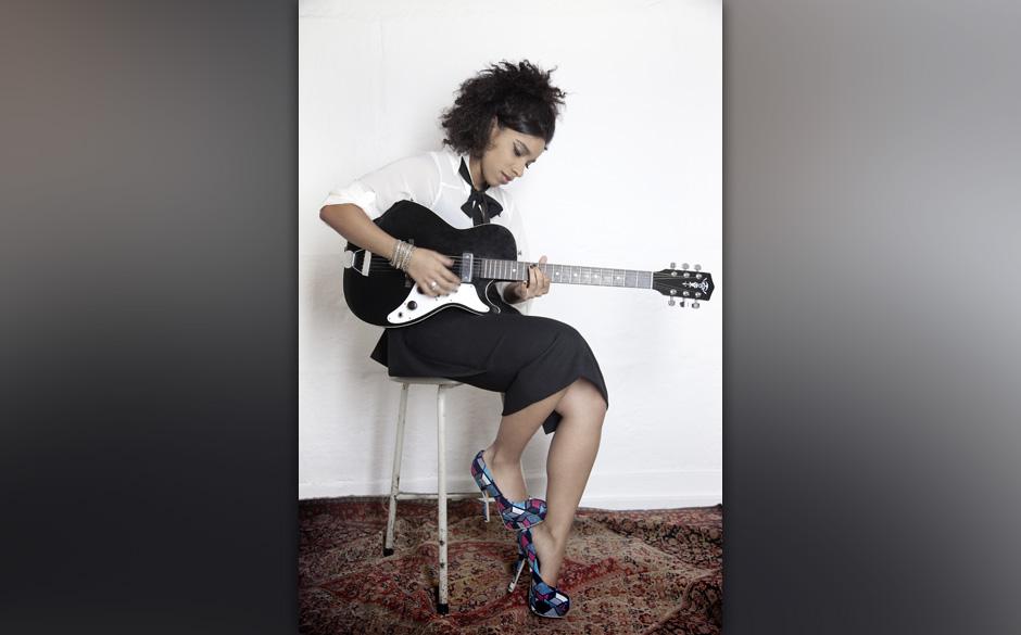 Bluse: Miss Sixty, Rock: by Marlene Birger, Armreif: J Dauphin.