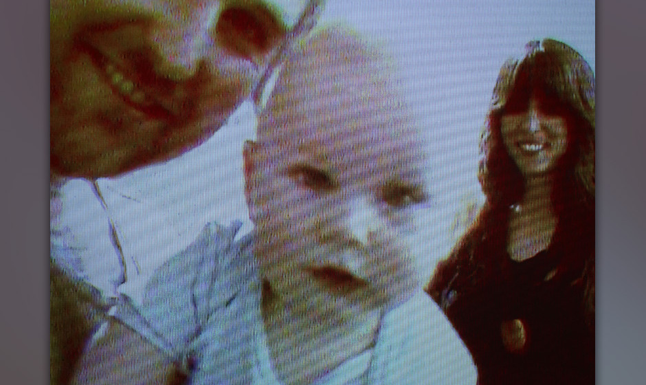 Aaron Coyes und Indra Dunis von Peaking Lights mit einem Baby