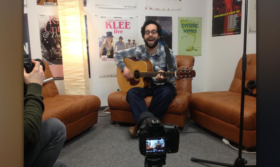Deniz spielt 'Frösche' in einer me.Session