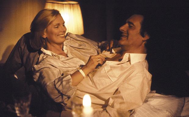 Obwohl sie doch so všllig verschieden sind, kommen der Monaco Franze (Helmut Fischer) und seine Frau Annette (Ruth Maria Kub