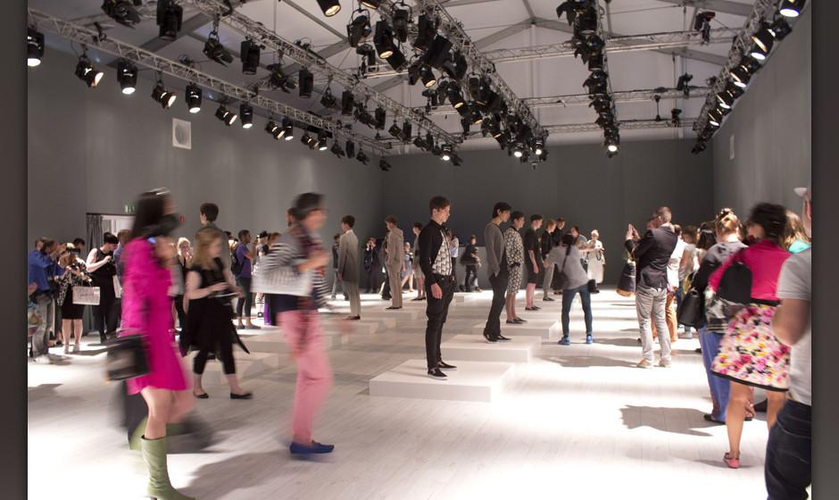 Mode-Menschen strömen in den Showroom um sich die Kollektion anzusehen.