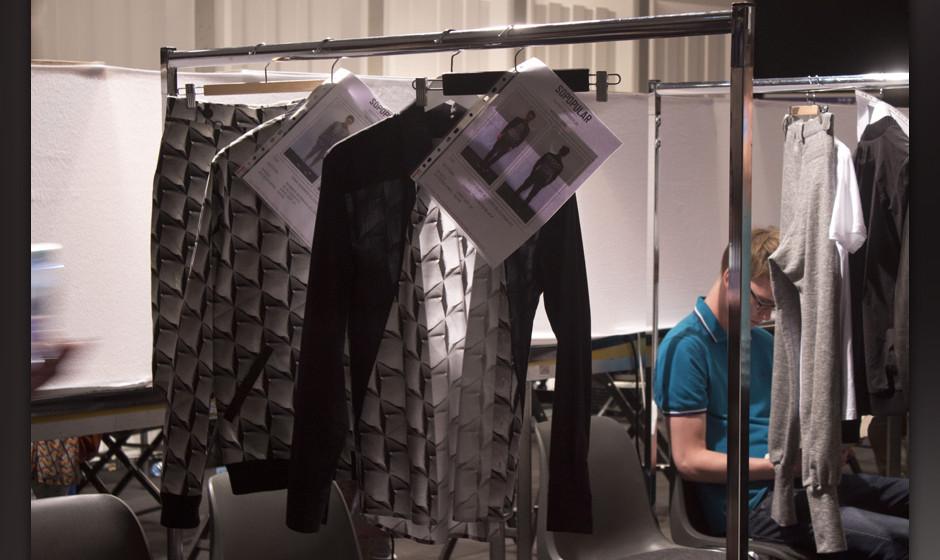 Kleidungsstücke für die Show hängen schon bereit.