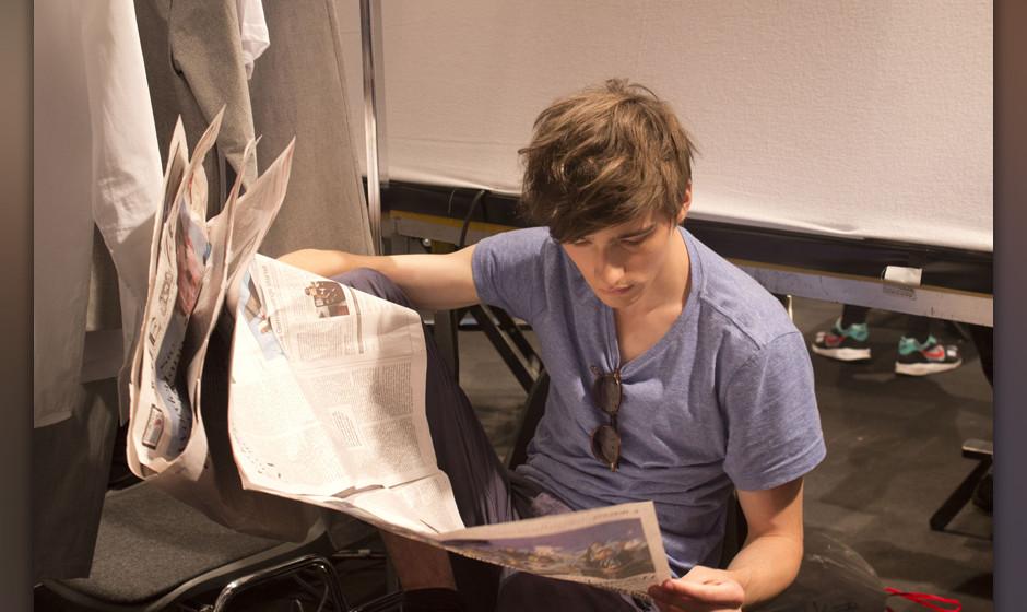 Model bei der Zeitungslektüre