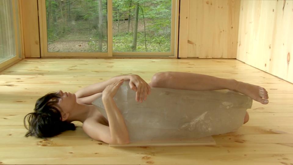 Lady Gaga umarmt nackt einen Eisblock in Performance-Video von Marina Abramovic.