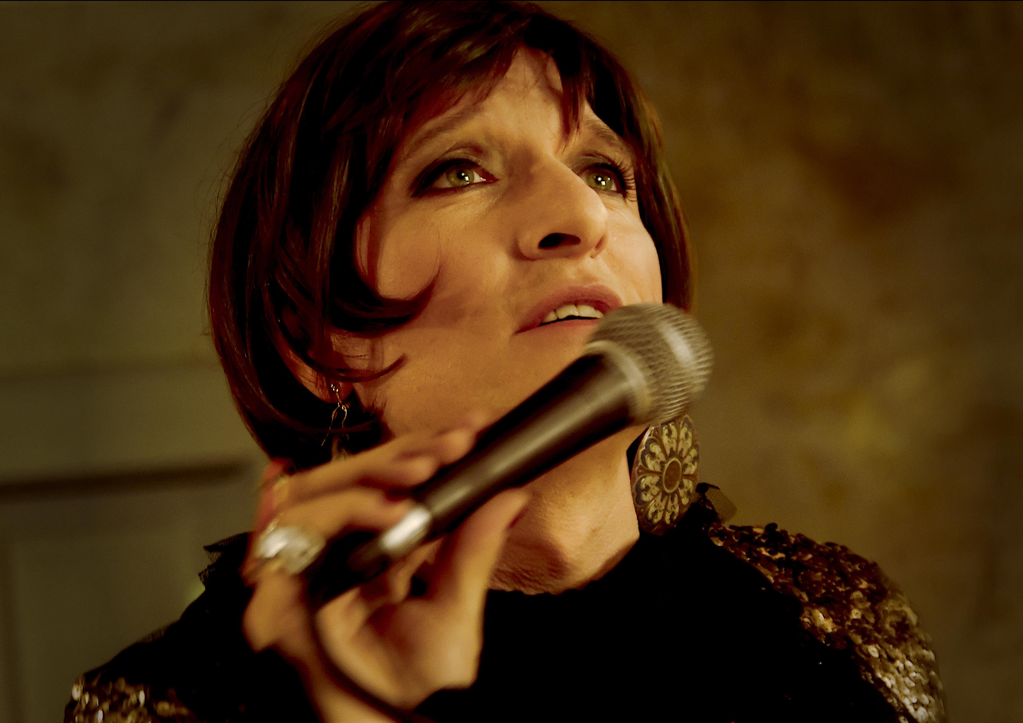 Schick: Bela B. als singende Friseuse Biggi. Hier noch mehr von ihr.