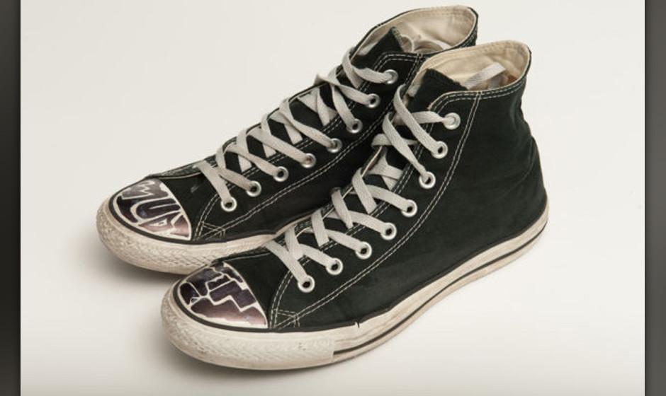 Die Schuhe mit dem derzeit höchsten Gebot: Ein schlichtes schwarzes Paar Sneaker von Michael Bublé für umgerechnet 640 Eur