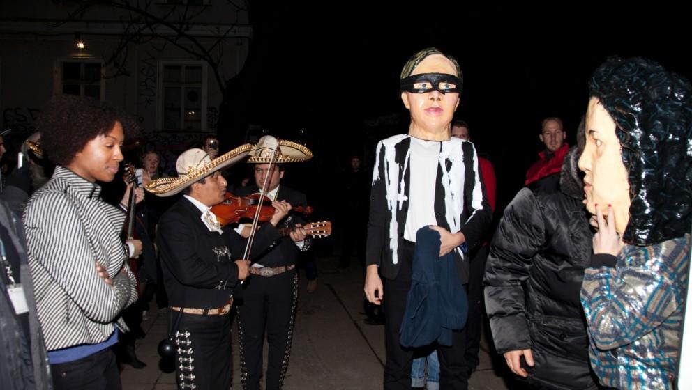 Vorm eigentlichen Konzert von Arcade Fire: Eine Band mit Masken und Mariachi-Anhang zieht ins Astra Kulturhaus ein