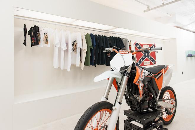Der Pop-Up-Store von Kanye West befindet sich derzeit in New York. Dort kann man Merchandise von der Yeezus-Tour erwerben.