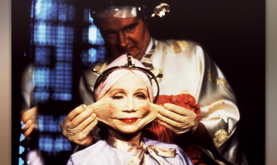 1. BRAZIL (1985)  Terry Gilliam kreuzt Orwell mit Kafka und lässt seinen Helden Sam Lowry zwischen Überwachungswahnsinn und