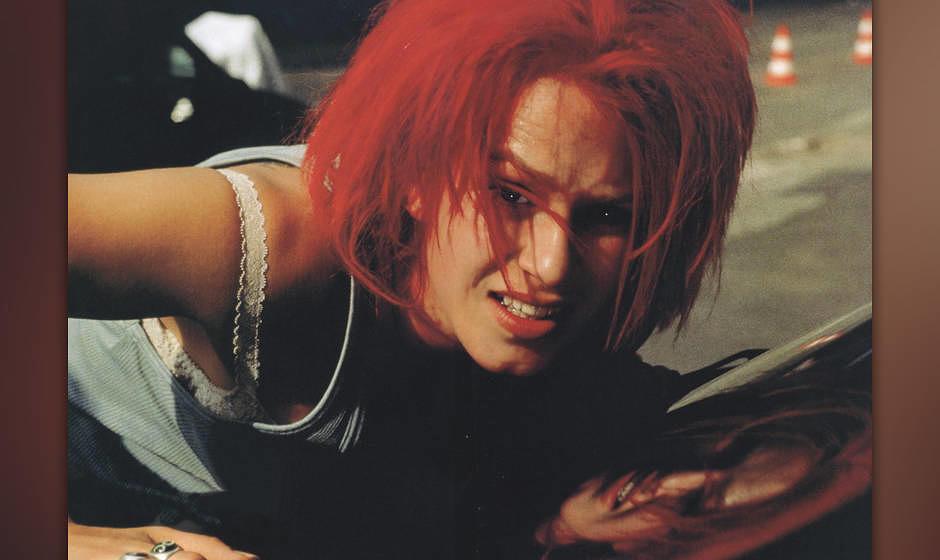 Lola rennt (BRD 1998, Regie: Tom Tykwer) Franka Potente / junge Frau, rotes Haar, am Boden, auf Strasse liegen /-------WICHTI