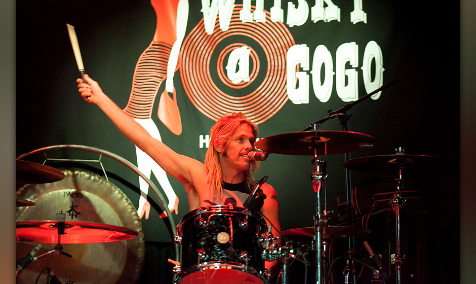 WEST HOLLYWOOD, CA - OCTOBER 17:  Taylor Hawkins performs at 95.5 KLOS And The Whiskey A Go Go Present Rock Against MS All St