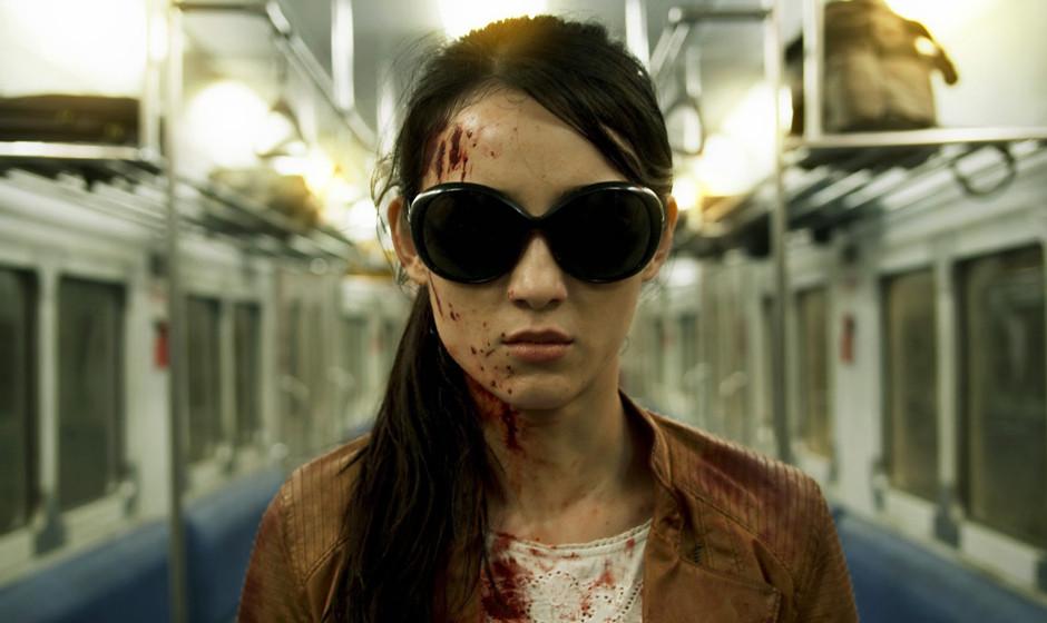 Nach Frauenmangel im ersten Teil darf nun auch eine weibliche Killerin mitmischen: Jule Estelle als Hammer Girl.