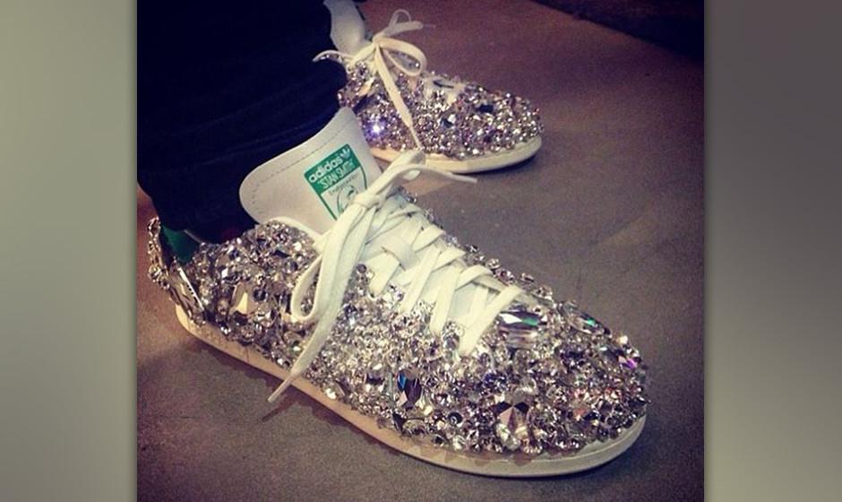 Pharrell Williams glitzert in seinen persönlichen Swarovski-Adidas-Sneakern