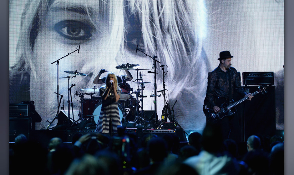 NEW YORK, NY - APRIL 10:  Musicians Kim Gordon (L) and Krist Novoselic perform onstage at the 29th Annual Rock And Roll Hall