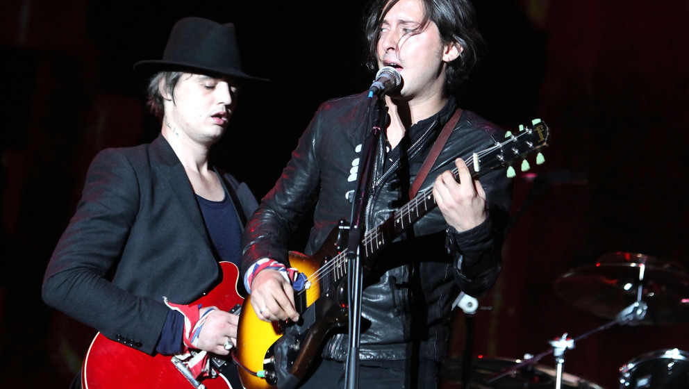 READING, ENGLAND - AUGUST 28:  Pete Doherty and Carl Barat of The Libertines performs live on the Main stage during day Two o
