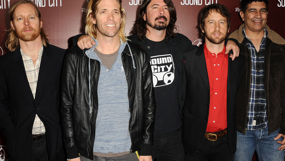 HOLLYWOOD, CA - JANUARY 31:  (L-R) Nate Mendel, Taylor Hawkins, Dave Grohl, Chris Shiflett and Pat Smear of the Foo Fighters