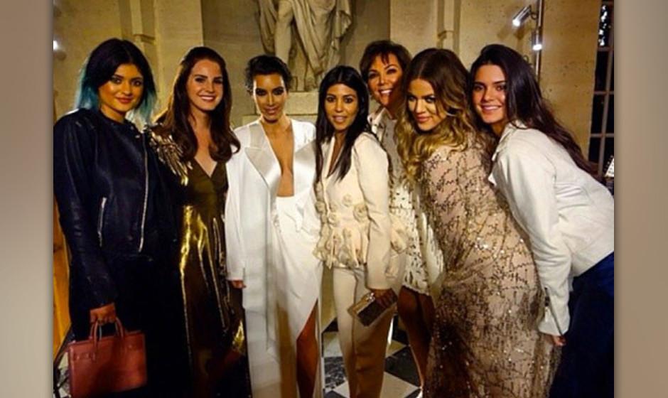 ... bei dem alle Kardashians beim gemeinsamen Abendessen...