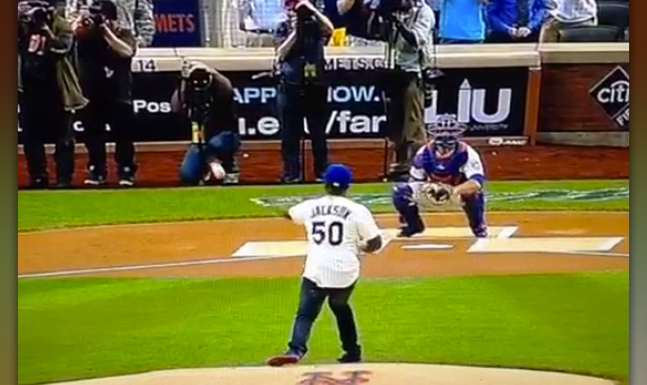 50 Cent vermasselt bei einer Baseballpartie den 'First Ceremonial Pitch'.