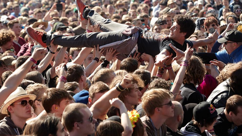 Ein Stagediver lässt sich am 05.06.2014 zu Beginn des Rockfestivals 'Rock am Ring' auf dem Nürburgring bei Nürburg (Rheinl