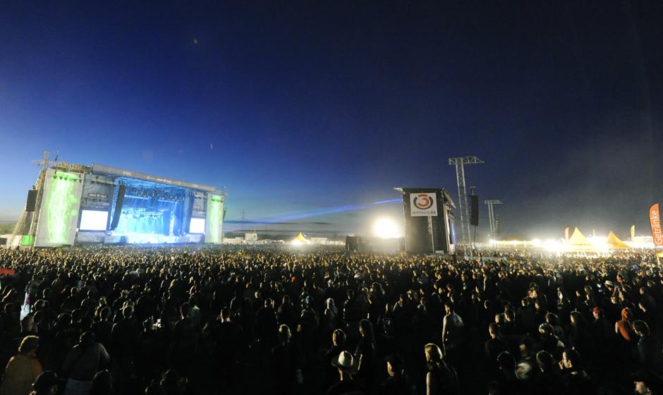 APA18852236_14062014 - NICKELSDORF - ÷STERREICH: Besucher des Festivals vor der B¸hne im Rahmen des 'Nova Rock 2014' Festiv
