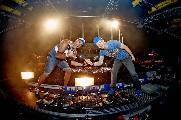 Die DJs Charly Lownoise (r) and Mental Theo aus den Niederlanden legen am 03.08.2014 beim Technofestival 'Nature One' auf der