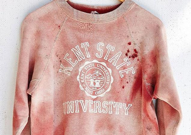 Farbfehler oder doch Blutflecken? Das Vintage-Sweatshirt von Urban Outfitters löste scharfe Kritik aus.