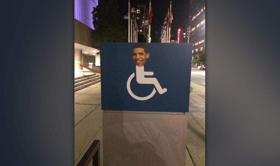 Toronto putzt sich raus: Eines der zahlreichen überklebten Schilder, die der Kopf von Drake ziert.