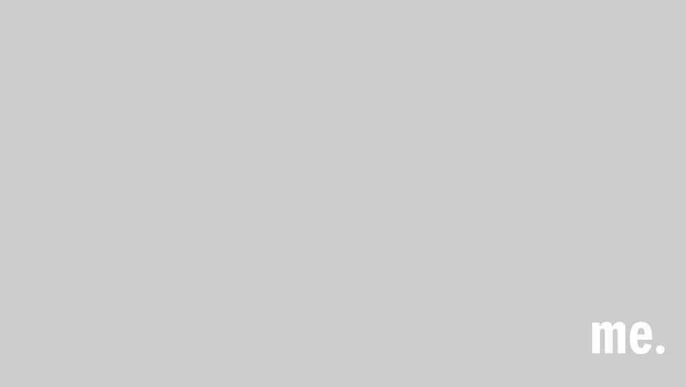 Rock'n'Roll Star oder Plüschtier? Liam Gallagher trägt bei einem Konzert einen flauschigen, weißen Gehrock.