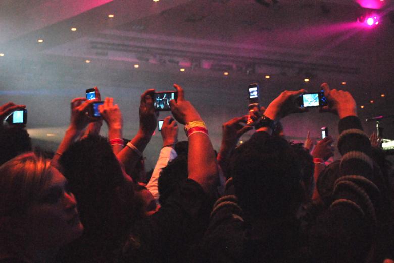 Der Albtraum eines jeden Konzertbesuchers:  Dutzende Smartphones versperren die Sicht.