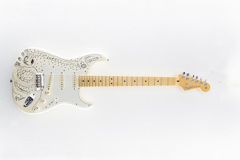20 handbemalte Stratocasters von Fender werden zugunsten von Waves for Water versteigert.