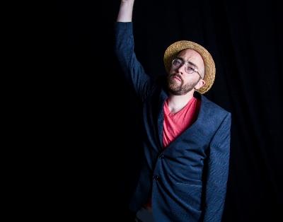 Die Band um Sänger Moritz Lieberkühn lädt mit DANCES zum Tanzen ein.