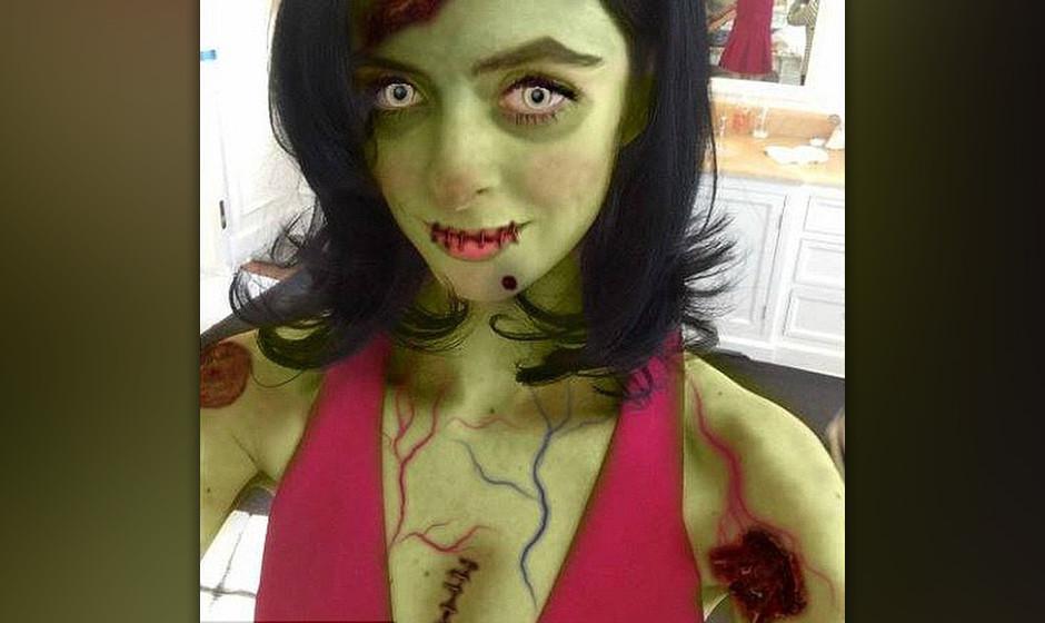 Krysten Ritter legt als Untote das wohl beste Halloween-Make-up des Jahres an den Tag.