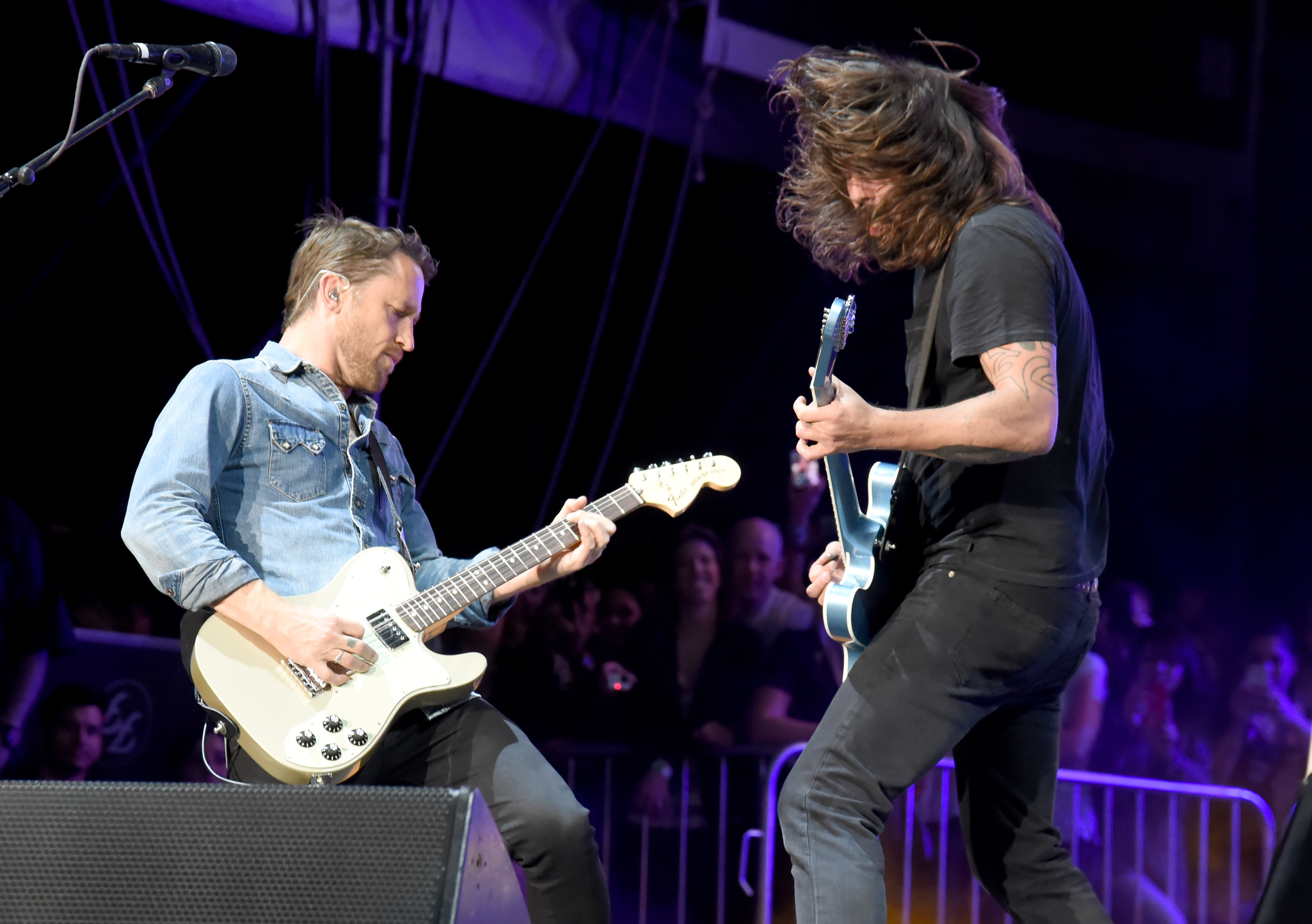 LAS VEGAS, NV - OCTOBER 26:  (L) Guitarist Chris Shiflett and musician Dave Grohl of Foo Fighters perform onstage during day