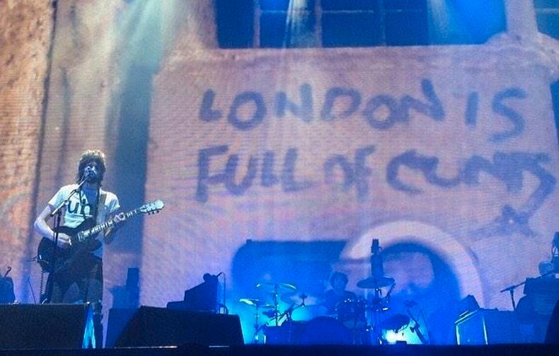 'London is full of cunts' heißt es auf der Leinwand während der Performance von 'Clouds' in Glasgow