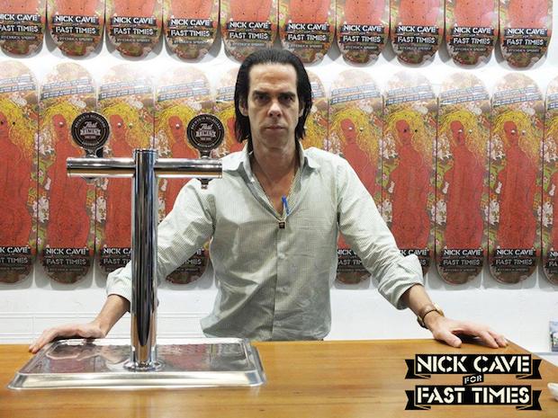 Hat offensichtlich (k)einen Wahnsinnsspaß: Nick Cave bringt eine limitierte Skateboard-Edition auf den Markt.