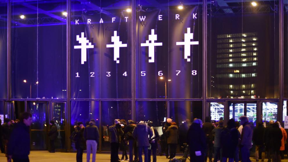 Zahlreiche Fans der legendären Band Kraftwerk verfolgen am 06.01.2015 in Berlin das Konzert vor der Neuen Nationalgalerie. A
