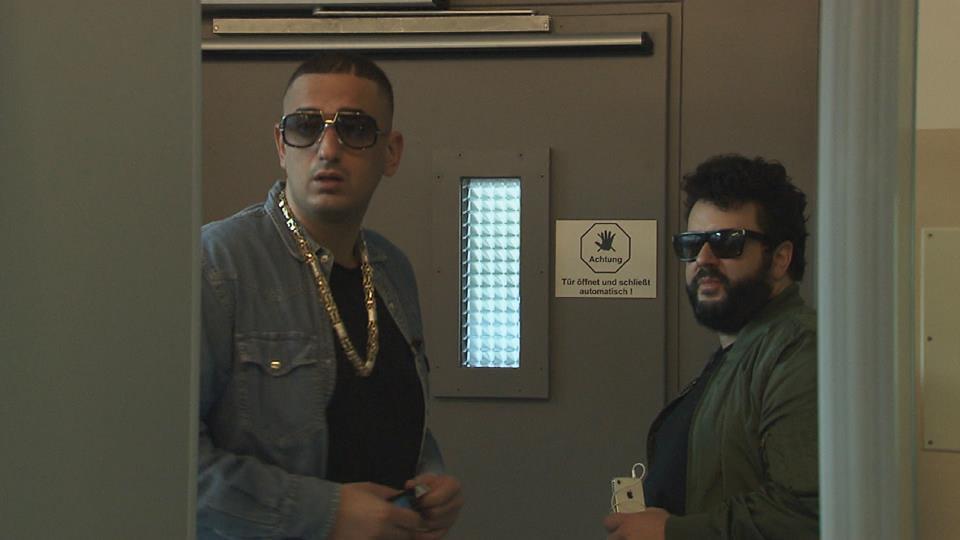 Die Brillen sitzen, die Goldkette auch: Haftbefehl und Oliver Polak