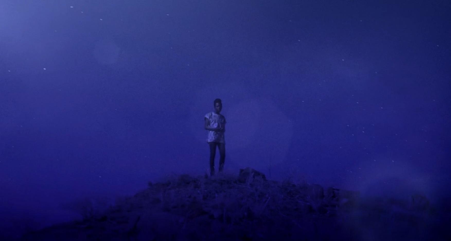 """Shamir in seinem neuen Video zu """"Darker"""""""