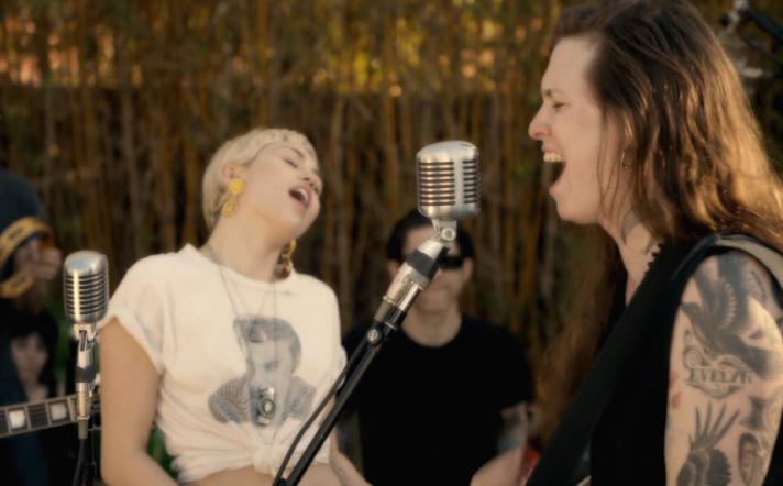 "Laura Jane Grace singt ""True Trans Soul Rebel"" mit Miley Cyrus"